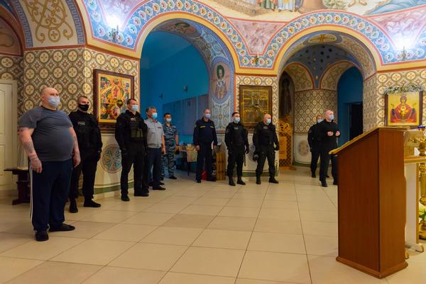 Осужденных к пожизненному лишению свободы впервые вывели на богослужение в Покровский храм при СИЗО-2